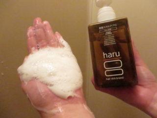 haru(ハル)黒髪スカルプ・プロシャンプー_手のひら泡立て