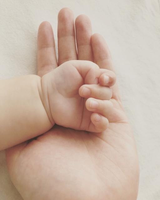 赤ちゃん_手_爪