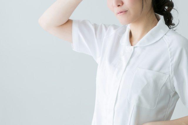 汗をかく女性看護師