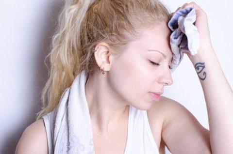 ウェットティッシュで応急処置 !女性の頭皮の臭いをすぐ消す方法とは?